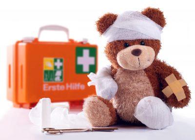 verbunderner Teddy mit Notkoffer